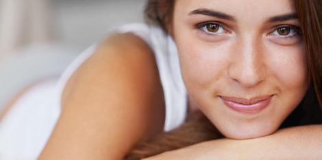 Jak bojovat s unavenou pletí: tipy, jak se vyspat do krásy