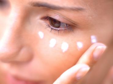 Čas zbořit mýty. Proč klasický hydratační krém nestačí na péči o oční okolí?