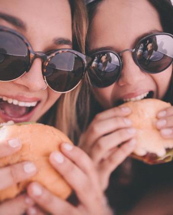 Je příčinou akné nezdravá strava?