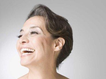 Proč mi během menopauzy na obličeji rostou chloupky?