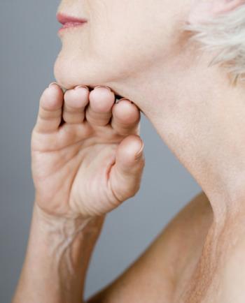 Jak během menopauzy upravit svou každodenní pečující rutinu, abyste měla pevnou a vypnutou pleť