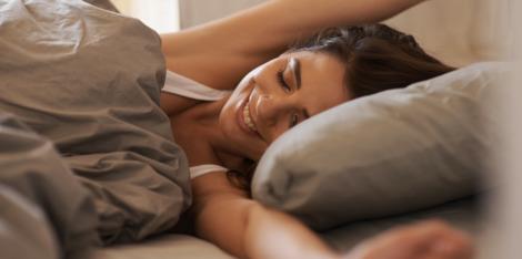 10 tipů, jak se dobře vyspat a probudit se se zářivou pletí
