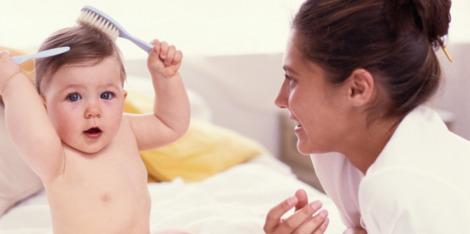 Jak zvládnout vypadávání vlasů po porodu