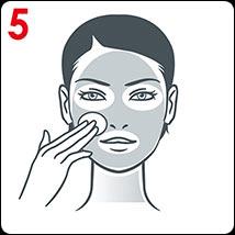 Pomocí vatového tamponu naneste na obličej, krk a kontury kolem očí. Vyhněte se linii řas.